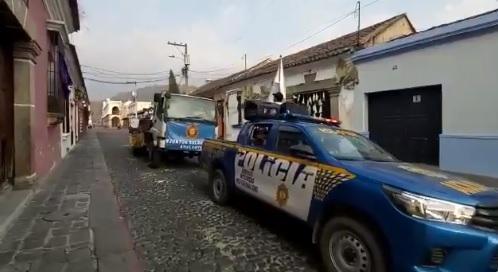 Una banda musical de la Policía guatemalteca da ''ánimo'' en el toque de queda