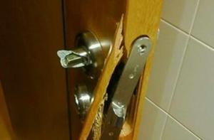 CHONE: Ladrones dañaron las puertas de una vivienda para robar