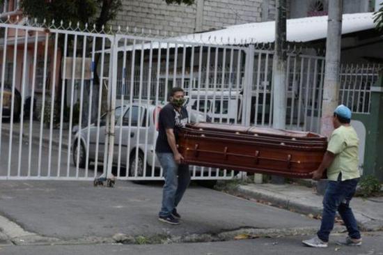 Dolor en Guayaquil se duplica por la imposibilidad de enterrar a los muertos