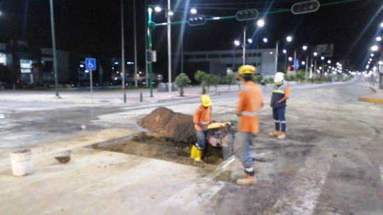Trabajadores de Empresa de Aguas de Manta laboran durante emergencia