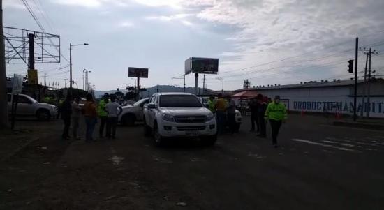 Una camioneta con 16 bloques de droga fue hallada en la vía Portoviejo-Manta