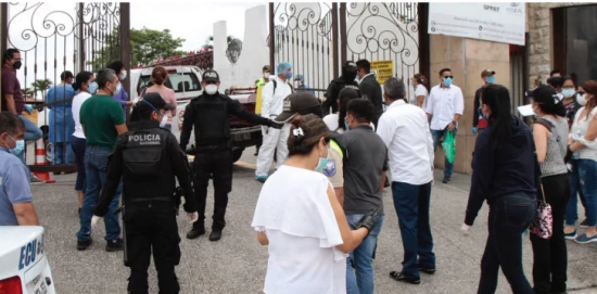 Familiares se agolpan en camposanto de Guayaquil en busca de sus difuntos