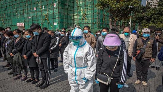 China rinde homenaje a los 'mártires' y fallecidos por el virus