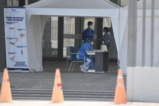 Ministro Zevallos contradice a Carrasco: ''Solo hay 417 profesionales de la salud contagiados con coronavirus''