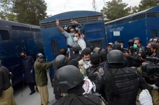 Arrestados 150 médicos que protestaban por la falta de protección en Pakistán