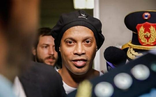 Otorgan arresto domiciliario a Ronaldinho tras pago de fianza millonaria