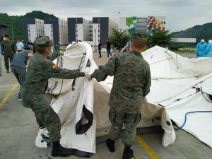 Las Fuerzas Armadas llevan un hospital móvil de la Cruz Roja a Guayaquil