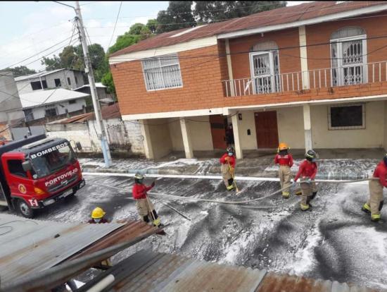 PORTOVIEJO: Lavan las calles de la parroquia Colón para combatir el coronavirus