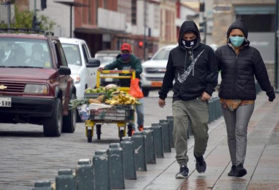 Sistema semáforo amplía las restricciones de movilidad en Ecuador por el coronavirus