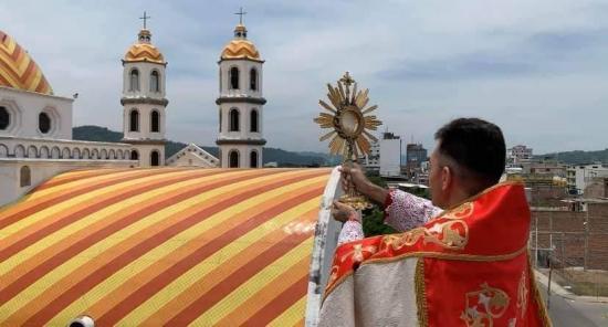 El arzobispo Eduardo Castillo le da la bendición a Manabí en medio de la cuarentena