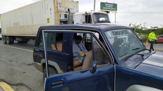 Transportaban a un hombre fallecido en un carro con la excusa de que estaba ''dormido''