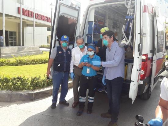 Gobierno ecuatoriano entrega dos ambulancias a Manabí