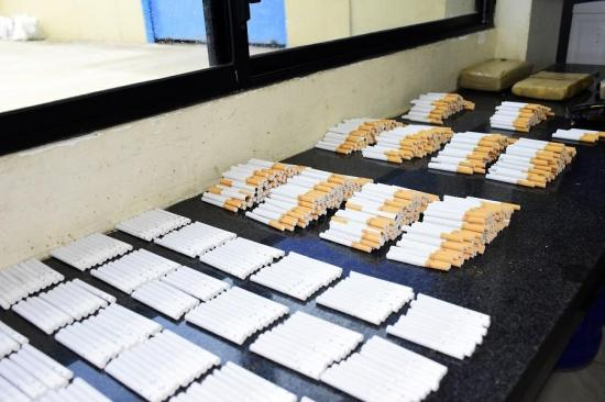 Incautan cargamento de droga y cigarrillos del cerco de la cárcel El Rodeo, de Portoviejo