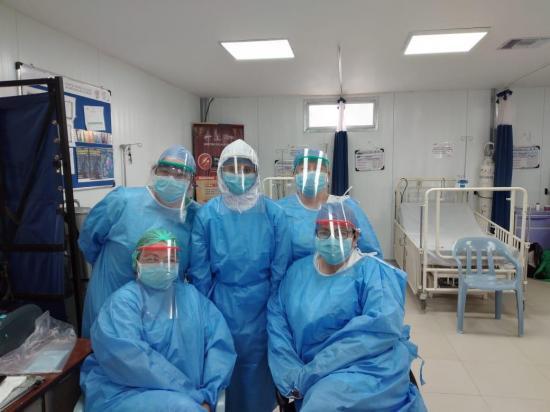 Manabitas elaboran kits de protección y los donan en hospitales y a ciudadanos