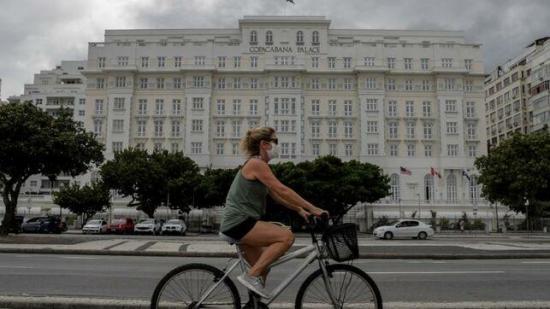 El Covid-19 amenaza a Copacabana, el barrio con más ancianos de Brasil