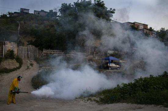 Barrios de Manta son fumigados con el sistema de termonebulización para evitar contagios de covid-19