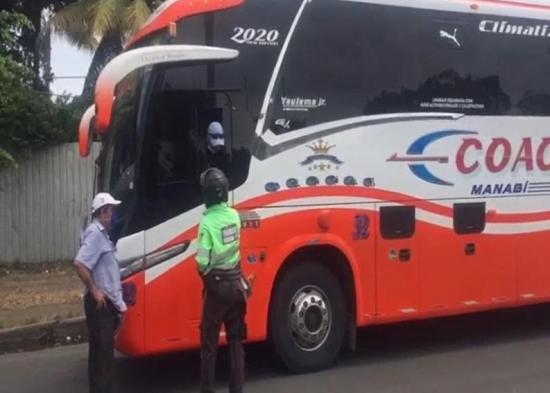 Retienen a un bus que transitaba en la vía Portoviejo-Manta