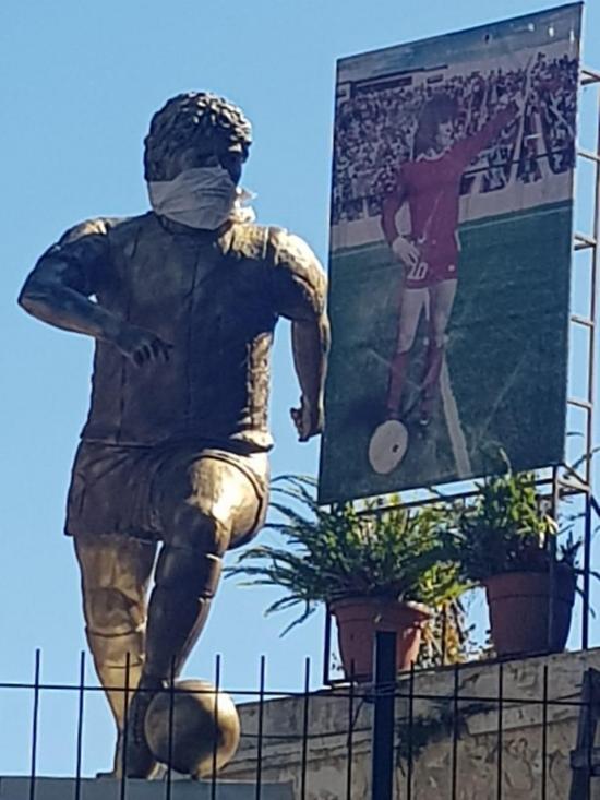 Estatua de Maradona en Argentina ya tiene su mascarilla contra el coronavirus