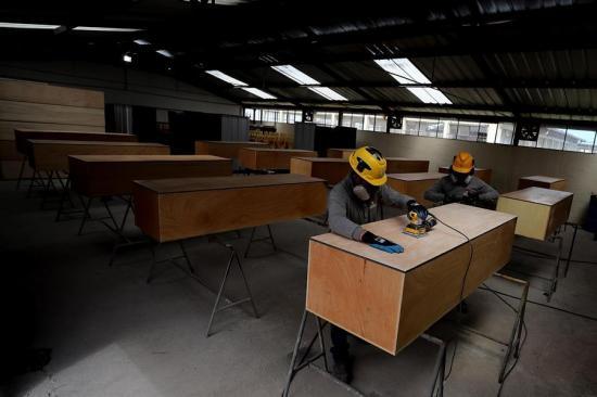 El oficio de hacer ataúdes por covid-19 en Ecuador, esperando que no se usen