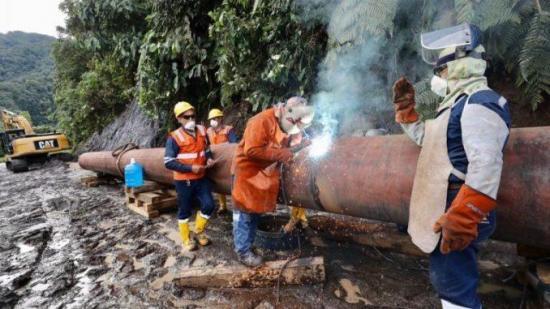 Petroecuador prevé reparar oleoducto roto por socavón hasta finales de abril