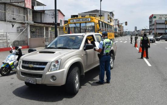 Más de 12.000 personas son multadas por incumplir el toque de queda en Ecuador