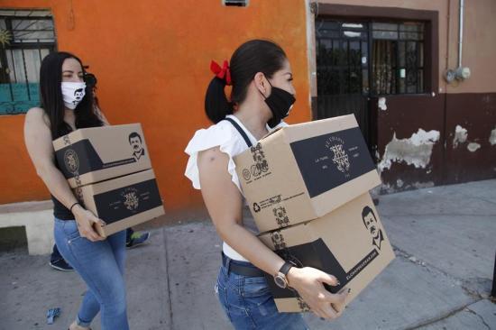 Hija del ''Chapo'' Guzmán entrega cajas con alimentos a personas de escasos recursos