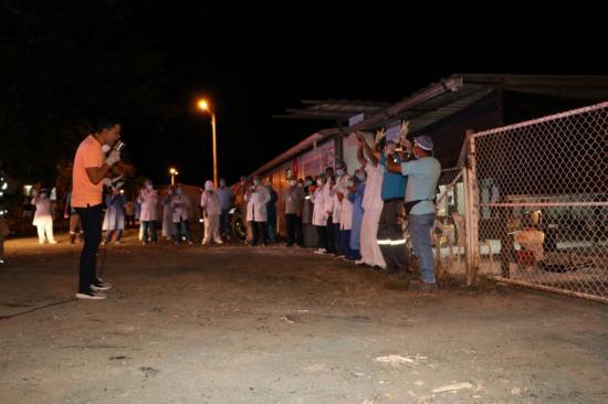 Brindan serenatas al personal de salud que lucha contra el Covid-19 en Chone