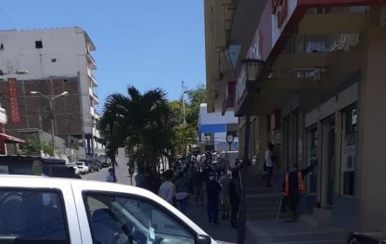 Se registran aglomeraciones en entidades bancarias de Manta