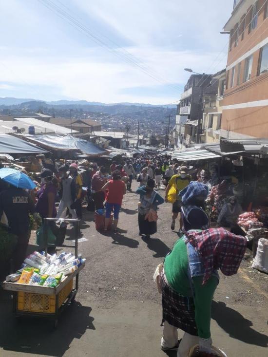 Cierran mercado de San Roque en Quito tras aumento de casos de COVID-19