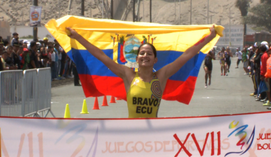 Triatleta olímpica de Ecuador varada en Australia se entrena en mar abierto