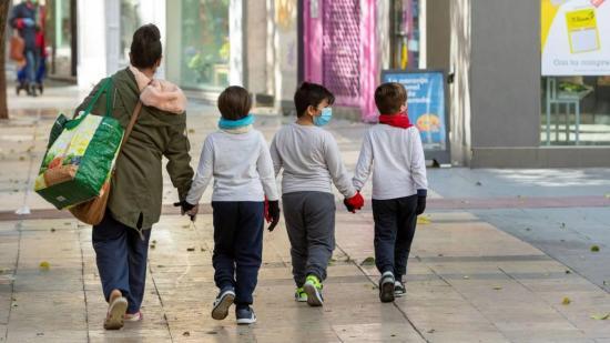 España autoriza que los niños salgan 'brevemente' a las calles durante cuarentena
