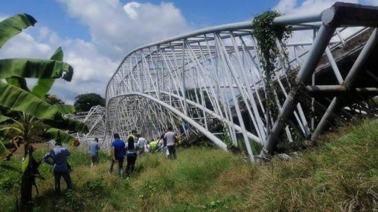 Puente que une a comunidades de Guayas y Manabí se desplomó