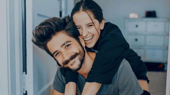 Camilo se ríe de los memes sobre su amor por Evaluna Montaner