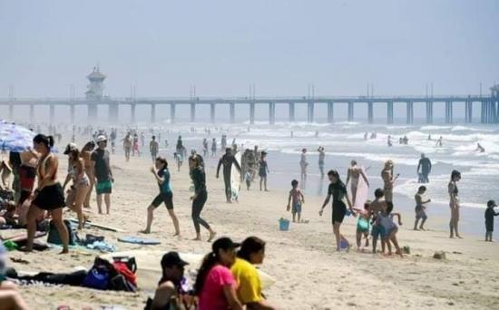 Playas de California lucen llenas aunque EE.UU. se acerca a millón de contagios