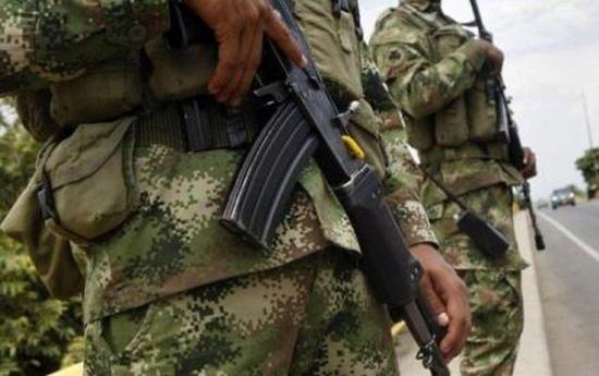 Militares de Ecuador detienen a colombianos con armas en frontera amazónica