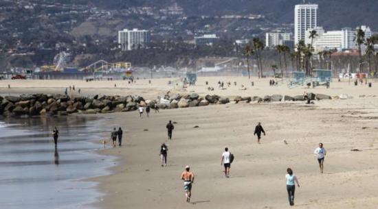 Relajamiento de restricciones en riesgo por multitudes en playas California