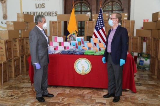 EE.UU. dona equipos y anuncia que destinará dos millones dólares a Ecuador