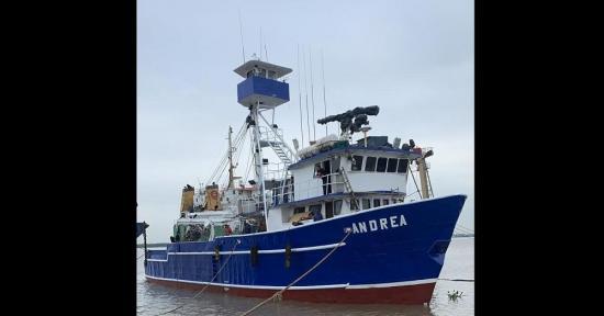Intentan asesinar a pescadores manabitas que están aislados en barco atunero