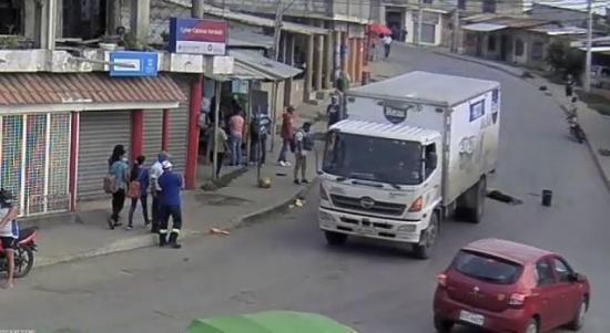 Hombre se lanza debajo de un camión en Posorja