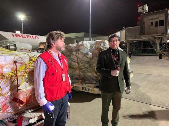 Unos 300 kilos de insumos médicos y respiradores llegan a Ecuador de España