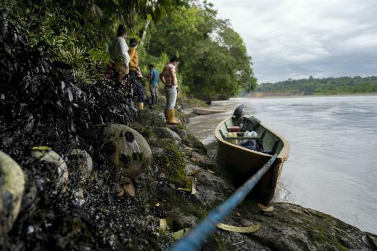 Indígenas presentan acción de protección por derrame de petróleo en la Amazonía de Ecuador