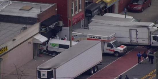 Encuentran decenas de cadáveres en descomposición dentro de camiones de mudanza