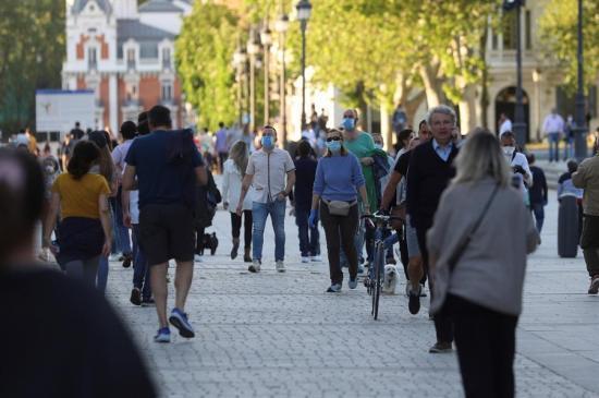 Millones de españoles salen a las calles para pasear y hacer deporte