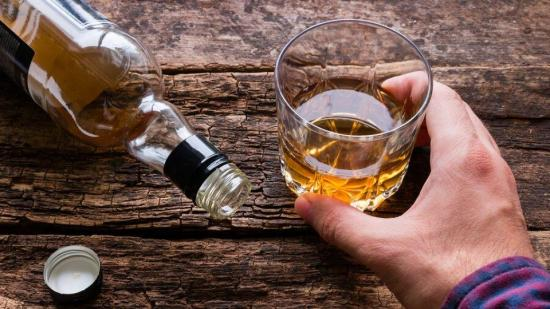 Beber alcohol no mata el coronavirus Covid-19, advierte la OMS