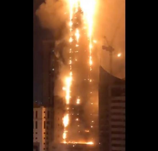 Voraz incendio en un rascacielos de Emiratos Árabes Unidos desata alarma