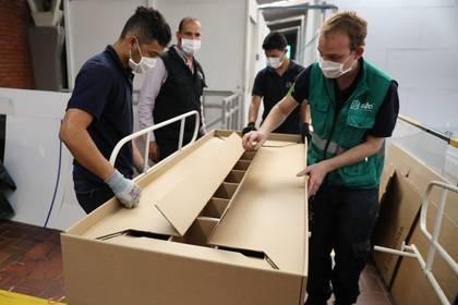 Camas de hospital que se pueden convertir en ataúdes, alternativa en Colombia