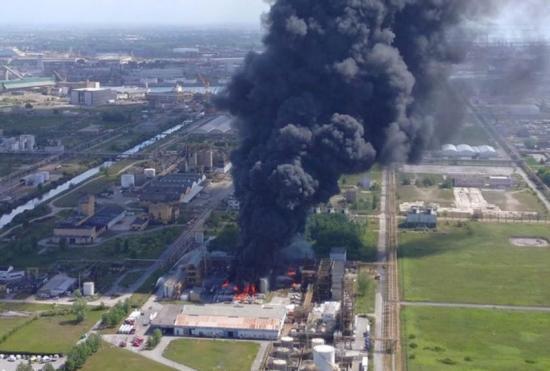 Venecia da por controlado el incendio en una planta química