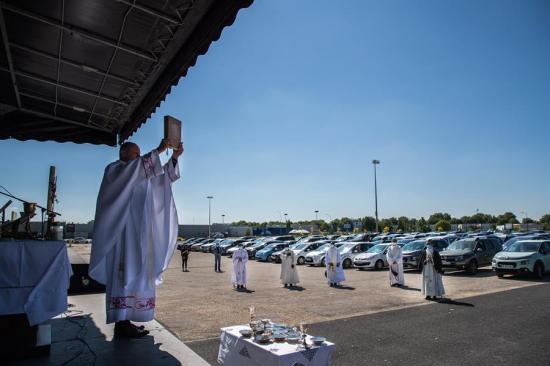 Una misa en coche reúne a 500 fieles en un estacionamiento de París