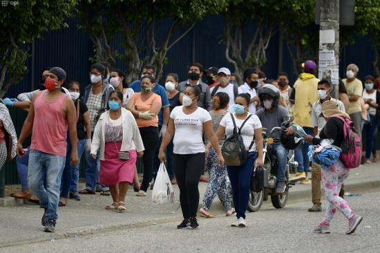 Guayaquil vivió su primer día de 'semáforo amarillo' con aglomeraciones en calles y mercados