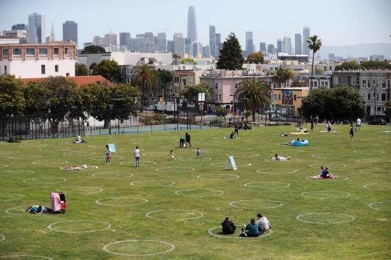 San Francisco llena sus parques de círculos en el suelo por la pandemia del Covid-19
